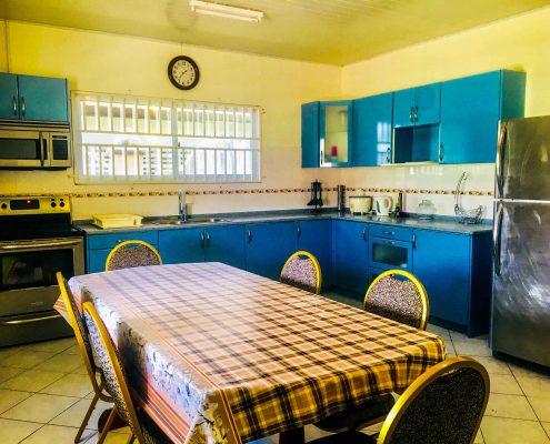 Vakantiehuis-Suriname-Luciana-Keuken-Eettafel