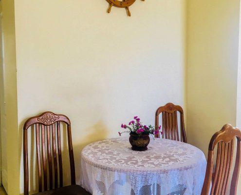 Vakantiehuis-Suriname-Mini-Fayalobi-Eettafel