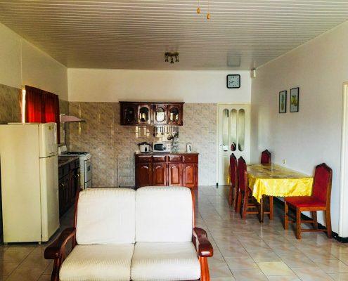 Vakantiehuis-Suriname-Onoribo-Keuken-vanaf-woonkamer